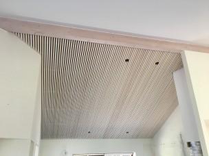 Listeloft-lamelloft-reference-rjarkitekt-akustik-træ-fyrtræ-nyopført-design-villa-køkken-loft-i-kip-panel-limtræ-rem-emhætte-støj-dæmpning-troldtekt-special-løsning Rasmus Jensen ARKITEKT MAA - 001